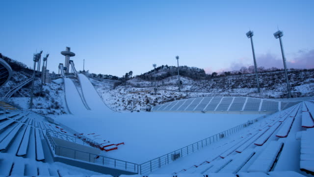 vídeos y material grabado en eventos de stock de time-lapse shot of empty ski resort in pyeongchang (2018 winter olympics) taken during early morning - corea