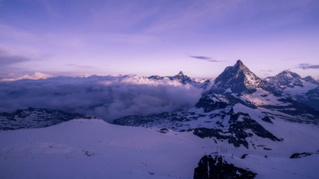 vidéos et rushes de time-lapse shot of matterhorn (one of the highest summits in alps) - jour