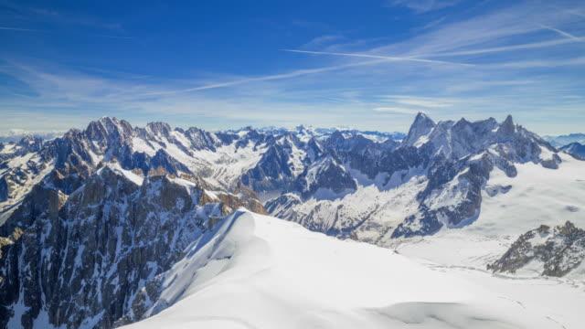 vidéos et rushes de time-lapse shot of mont blanc (highest mountain in alps) - jour