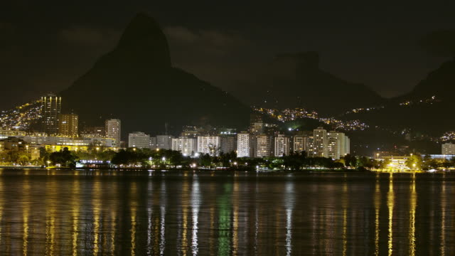 vidéos et rushes de timelapse shot of shoreline of rio de janeiro, brazil - corcovado
