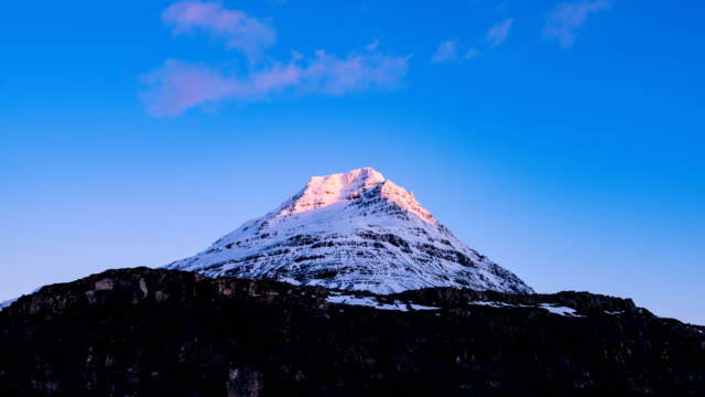 time-lapse shot of snowcapped kirkjufell mountain in iceland - snäfellsnes stock-videos und b-roll-filmmaterial