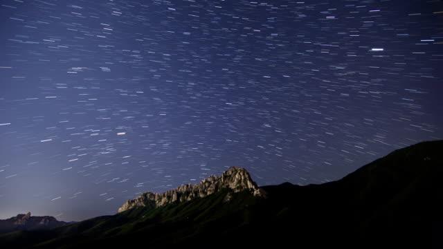 vidéos et rushes de time-lapse shot of starry night sky over ulsan rock at mt seoraksan national park - ciel étoilé