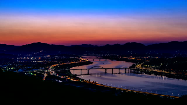 time-lapse shot of sunrise at amsadaegyo bridge over achasan mountain (extremely popular hiking spot for residents of seoul residents) - korea点の映像素材/bロール