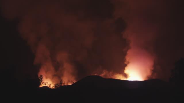 timelapse shot of volcano erupting at night, lava exploding, nyamuragira, democratic republic of congo, 2011 - 陸地点の映像素材/bロール