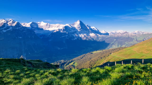 vídeos de stock, filmes e b-roll de time-lapse shot taken from grindelwald first in european alps - alpes europeus
