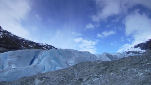 stockvideo's en b-roll-footage met time-lapse shots of fast moving clouds over nigardsbreen glacier - zuiverheid
