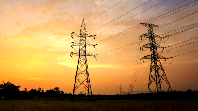 Timelapse silhouet van hoogspanning elektrische paal structuur