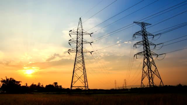 Timelapse Silhouette der Hochspannung Strommast Struktur
