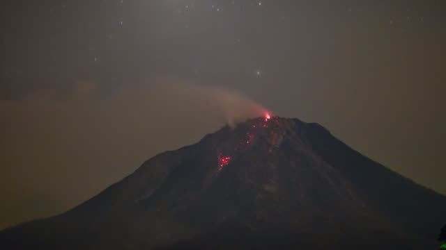timelapse sinabung volcano during eruption in karo north sumatra indonesia on june 07 2015 mid night the indonesian government ordered the evacuation... - vulkanausbruch stock-videos und b-roll-filmmaterial
