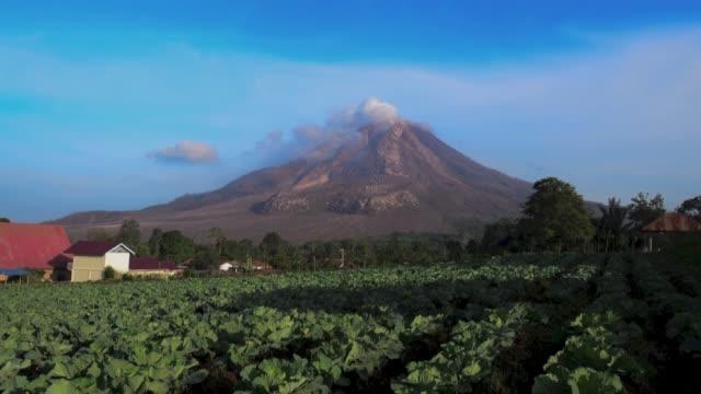 vídeos y material grabado en eventos de stock de timelapse sinabung volcano during eruption in karo north sumatra indonesia on june 08 2015 the indonesian government ordered the evacuation of... - monte sinabung