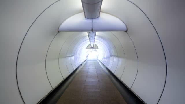 vídeos de stock e filmes b-roll de timelapse singapura passagem subterrânea-imagem stock - átrio caraterística de construção