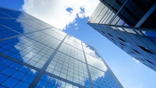 vidéos et rushes de 4k time-lapse gratte-ciel bureau business bâtiment à paris, la defense - time-lapse 4k - quartier de bureaux