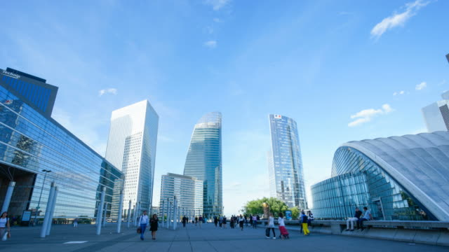 stockvideo's en b-roll-footage met 4k time-lapse wolkenkrabber office business gebouw in parijs, la defense - time-lapse 4k - stadsdeel