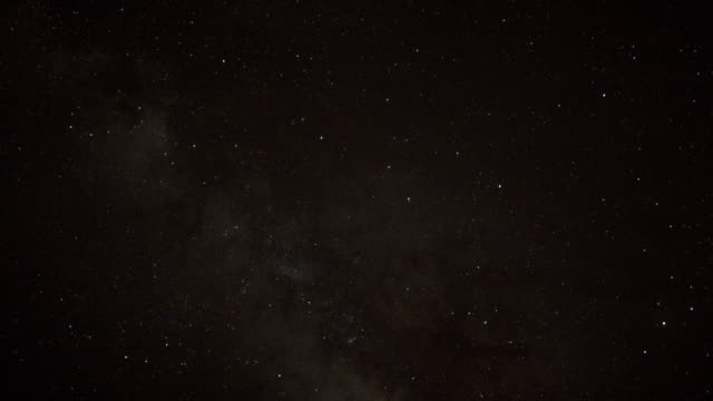 vídeos de stock, filmes e b-roll de timelapse stars and milky way track through sky at night, oman - só céu