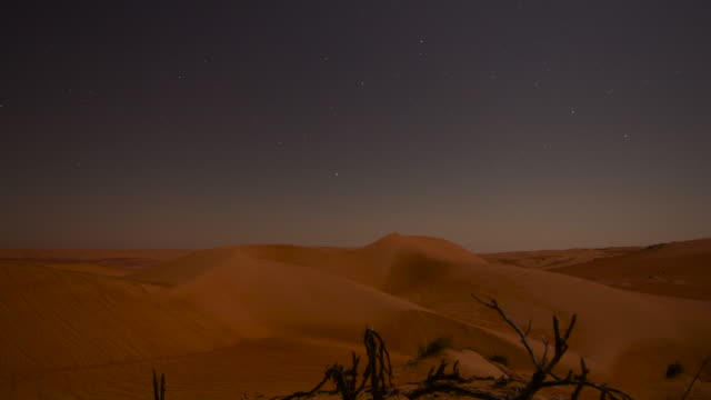 vidéos et rushes de timelapse stars and moon track over desert sand dunes at night, ibra, oman  - dune de sable