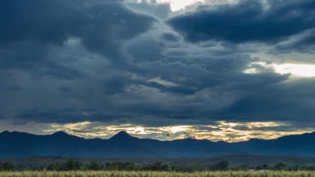 4 K Zeitraffer: Stürmischen Wolken über Felder und Blick auf die Berge.
