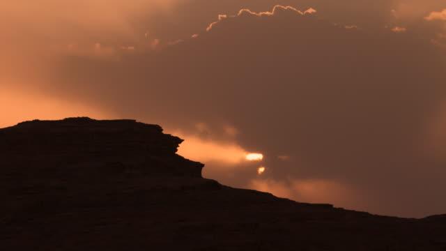 vídeos de stock, filmes e b-roll de timelapse sun sets over desert valley, wadi rum, jordan - vale