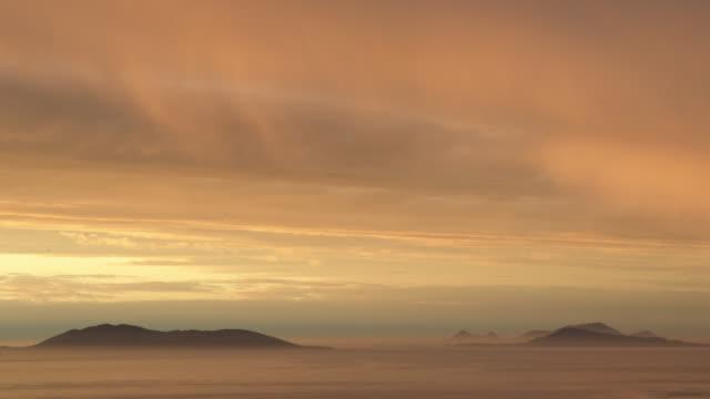 vídeos de stock e filmes b-roll de timelapse sun sets over misty sea and islands, falkland islands - ilhas malvinas