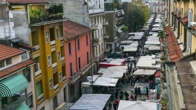 time-lapse: sunday market walking street in milan, italy, europe. 4k - piazza video stock e b–roll