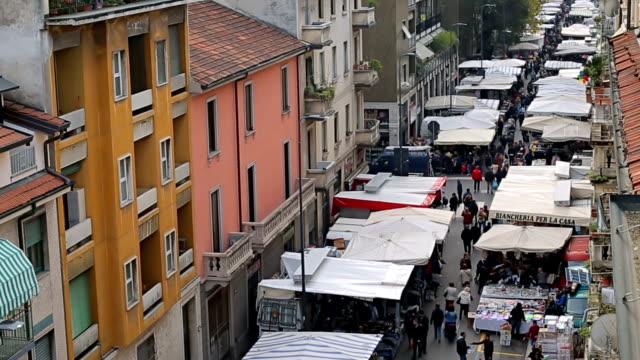 Time-lapse: Sunday market walking street in Milaan, Italië, Europa.