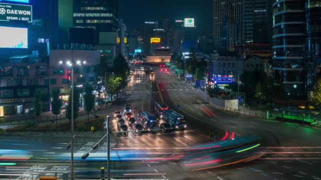 Porte de Timelapse Sungnyemun (marché de Namdaemun) ou porte de Namdaemun avec sentiers de lumière de voiture dans la nuit à Séoul, en Corée du Sud.