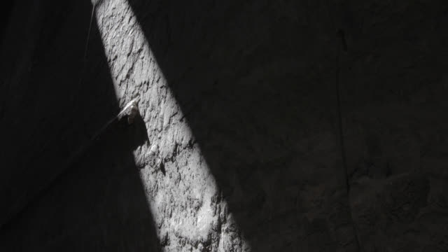 vídeos de stock e filmes b-roll de w/s timelapse sunlight advancing through a stone/cement wall - com sombra