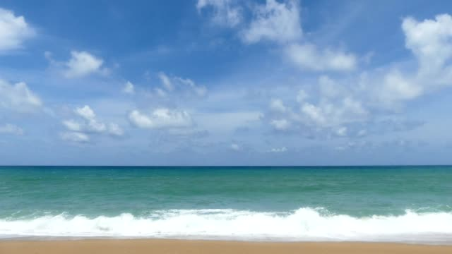 timelapse sunny day at mai khao beach, phuket international airport - orizzonte sull'acqua video stock e b–roll
