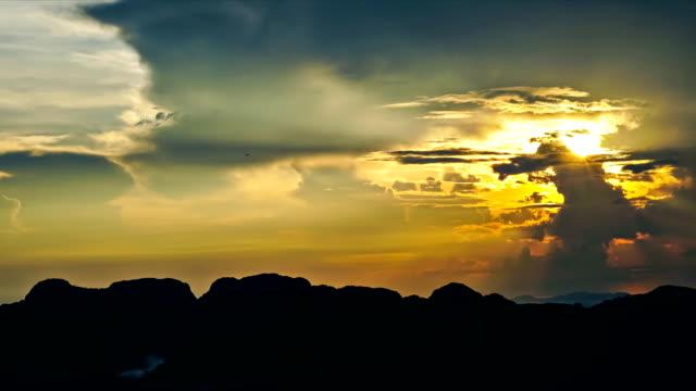 timelapse sunrise und wolkengebilde, die bewegung auf dem berg, thailand. - wohngebäude innenansicht stock-videos und b-roll-filmmaterial