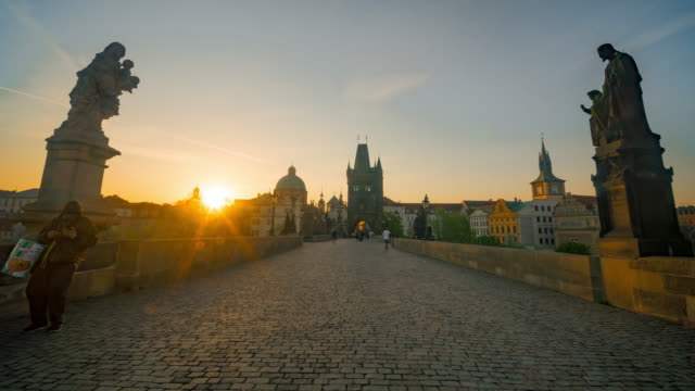 vídeos de stock e filmes b-roll de time-lapse :  sunrise at chales bridge prague old town tower river czech republic - república checa