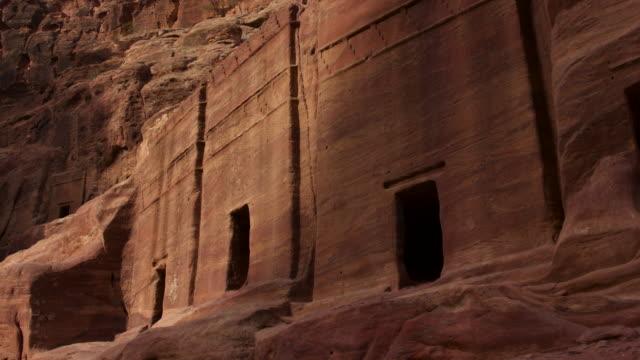 vídeos y material grabado en eventos de stock de timelapse sunrise over ancient rock-cut tombs, petra, jordan - arqueología
