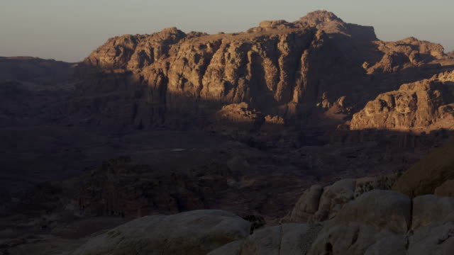 vidéos et rushes de timelapse sunrise over desert mountains, petra, jordan - aride