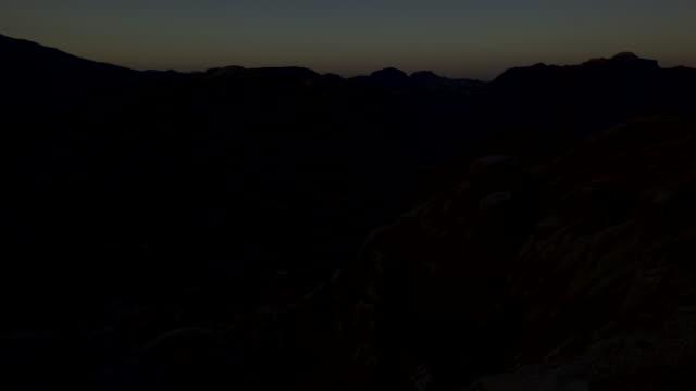timelapse sunrise over desert mountains, petra, jordan - 世界遺産点の映像素材/bロール