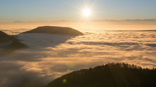 timelapse sunrise over fog - nebbia video stock e b–roll