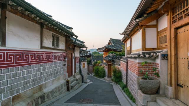vídeos y material grabado en eventos de stock de timelapse escena del amanecer de bukchon hanok village en la ciudad de seúl, corea del sur. bukchon hanok village es el hogar de cientos de casas tradicionales. - coreano oriental