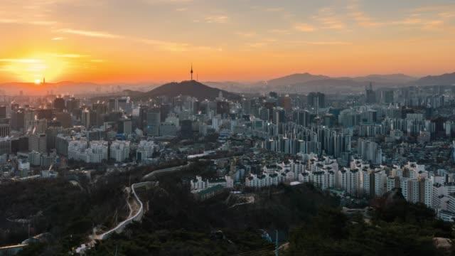 ソウルのダウンタウンのスカイラインのタイムラプス日の出シーン - 韓国点の映像素材/bロール