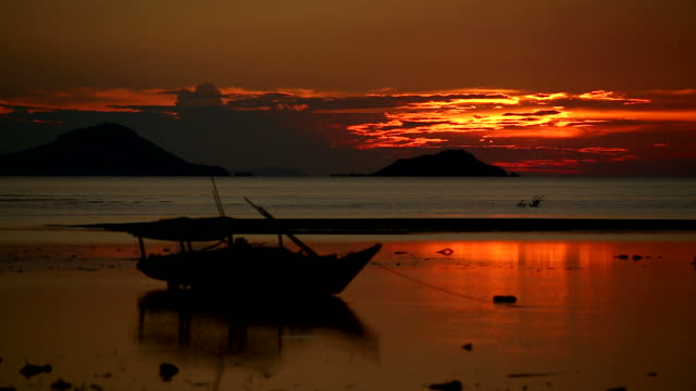 stockvideo's en b-roll-footage met timelapse sunset in indonesia at low tide - flores indonesië