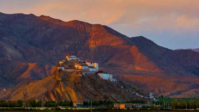 4k zeitraffer sonnenuntergang szene der gyantsie festung - tibet - china - festung stock-videos und b-roll-filmmaterial