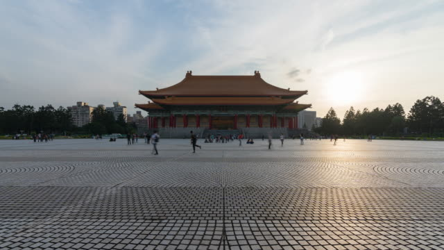 vídeos y material grabado en eventos de stock de 4k time-lapse: sunset time-lapse traveler crowd en national chiang kai-shek memorial hall, taiwán. disparo inclinado hacia arriba - teatro nacional taipei