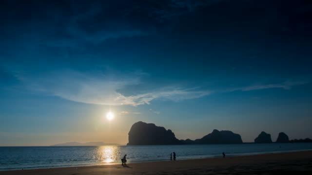 vídeos de stock, filmes e b-roll de intervalo de tempo do pôr-do-sol - acampamento de férias