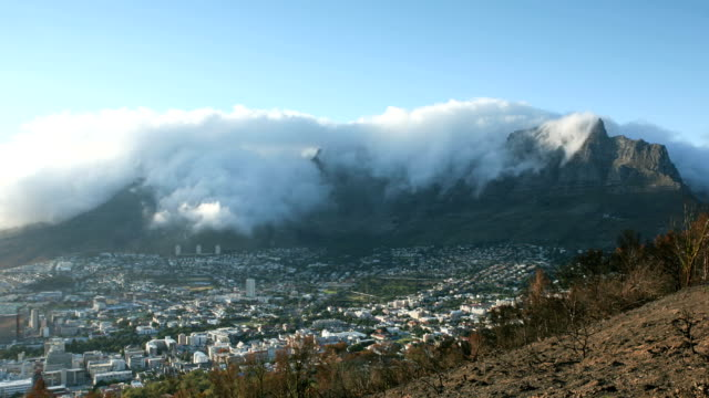 stockvideo's en b-roll-footage met timelapse table mountain morning - nationaal monument beroemde plaats