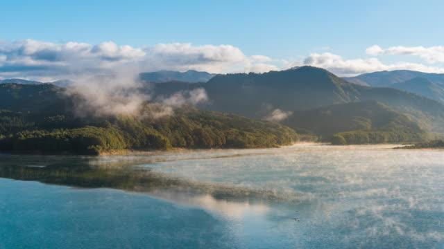 霧と雲朝、秋田のタイムラプス: 玉川ダム (宝仙湖) - 秋田県点の映像素材/bロール
