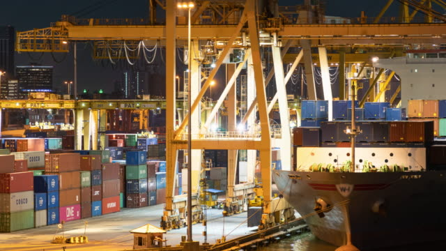 vídeos de stock e filmes b-roll de time-lapse : the operation staff that control crane is working to lift the container in the port - navio cargueiro
