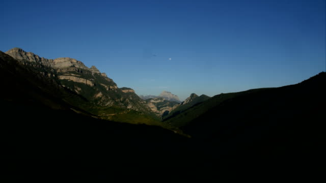 time-lapse/ the pyrenees mountain range- day to night - zeitraffer tag bis nacht stock-videos und b-roll-filmmaterial