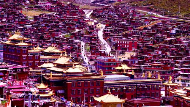 vidéos et rushes de time-lapse: le village rouge dans la vallée appelée seda dans le sichuan, la chine - seda