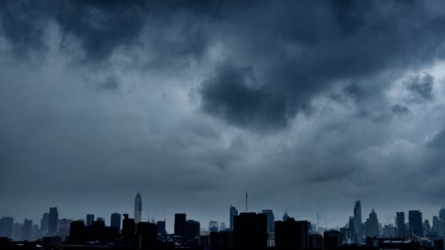 vídeos de stock e filmes b-roll de 4k timelapse: thunderstorm on the city urban skyline. - tempestade