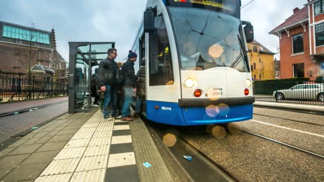 4K Time-lapse Tilt: staden fotgängare och trafikerar Amsterdam Museum trädgård