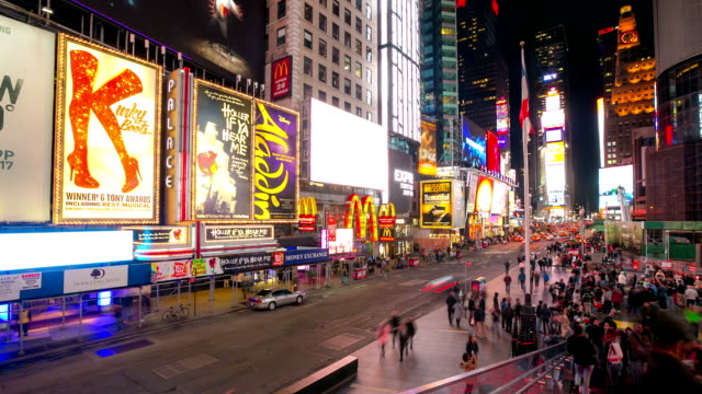 hd-zeitraffer: times square new york city raining bei nacht - broadway manhattan stock-videos und b-roll-filmmaterial