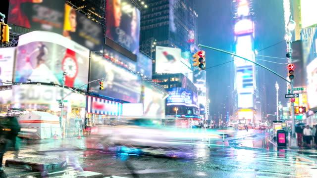 vídeos de stock, filmes e b-roll de definição de intervalo de tempo: times square new york city chove à noite - manhattan