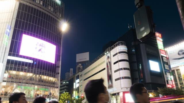 vidéos et rushes de hd time-lapse: carrefour de shibuya à tokyo, japon - signalisation routière lumineuse