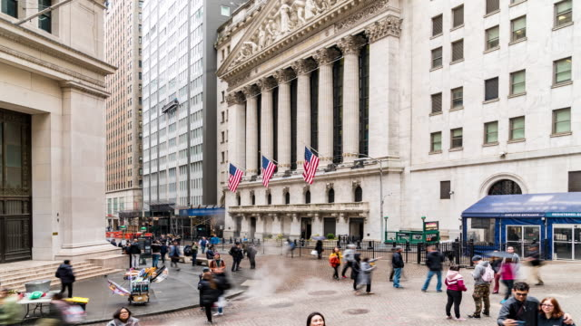 stockvideo's en b-roll-footage met time-lapse: tourist zakenman en werknemer voetgangers druk op wall street usa - wall street lower manhattan
